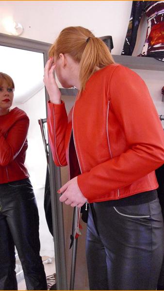 veste-rouge-pantalon-noir-cuir
