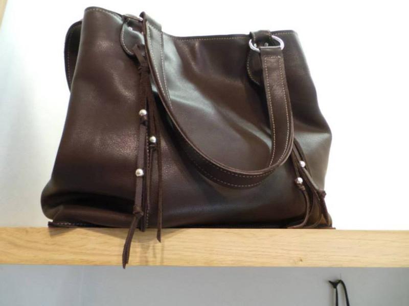sac à main en cuir marron foncé